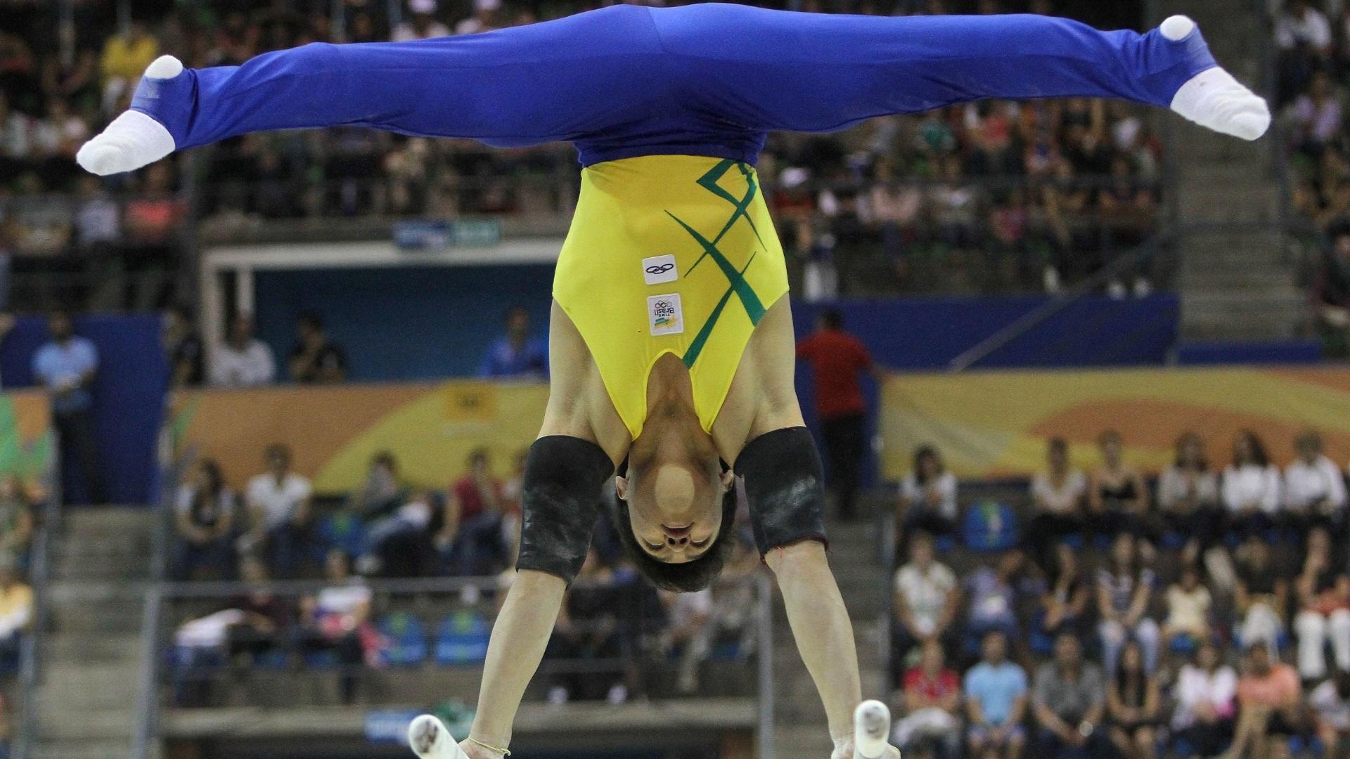 Sergio Sasaki faz apresentação nas barras paralelas durante finais por aparelhos da ginástica