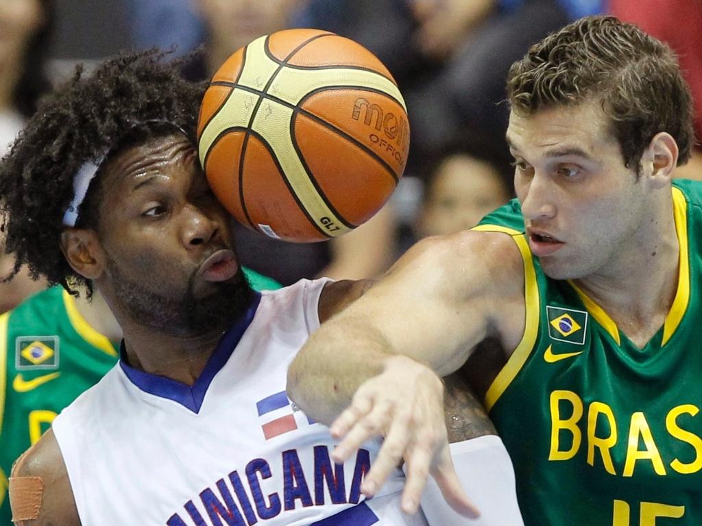 Yack Martinez e o brasileiro Guilherme Hubner disputam bola na partida entre Brasil e República Dominicana pela primeira fase do Pan (28/10/2011)