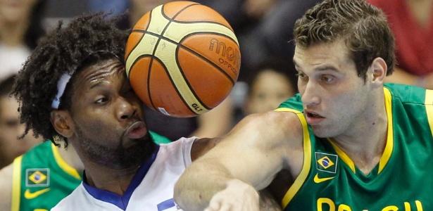 Martinez e Guilherme Hubner disputam bola na derrota brasileira pelo Pan