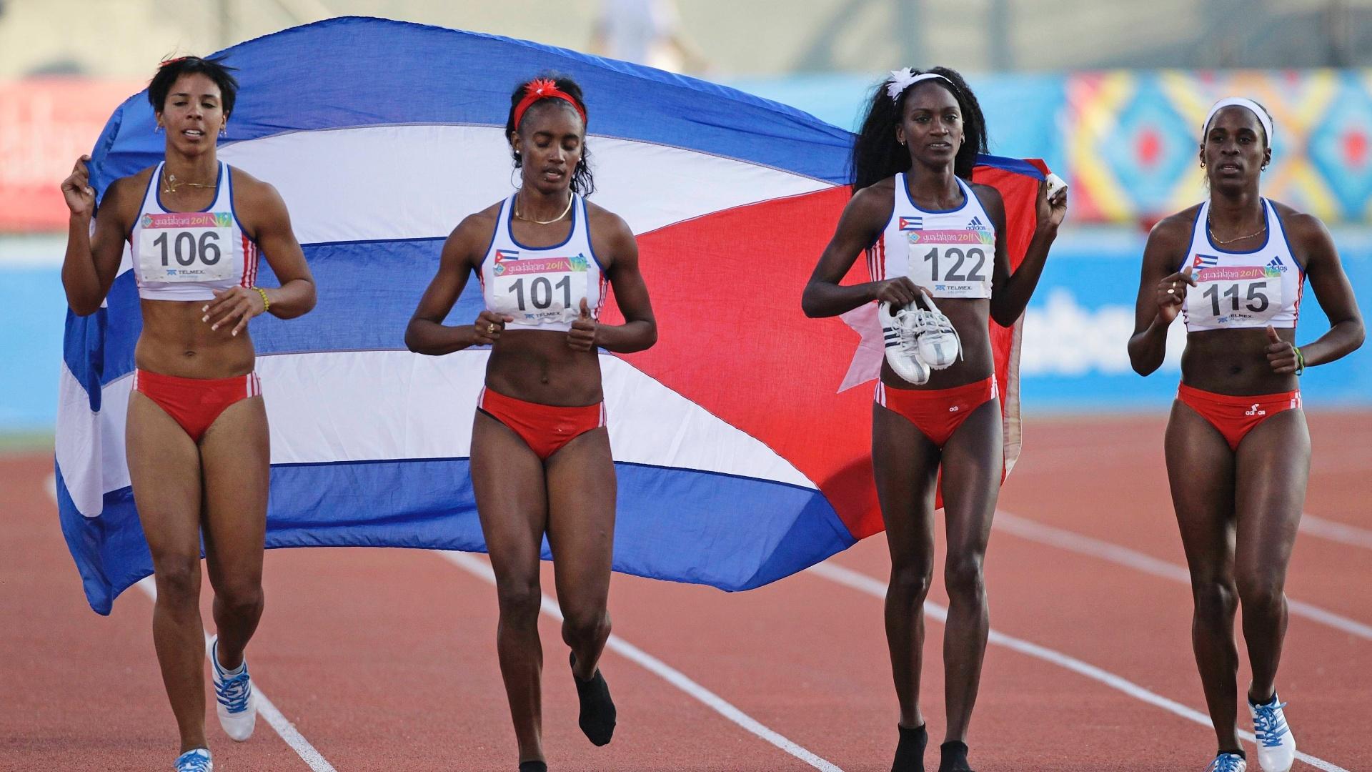 As cubanas Susan Clement, Daysiurami Bonne, Diosmely Pena e Aimee Martinez comemoram a vitória no revezamento 4x400 m em Guadalajara (28/10/2011)