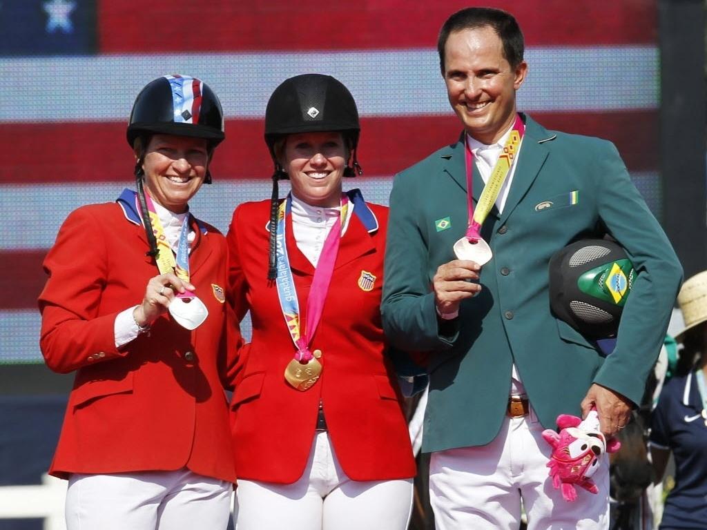 Bernardo Alves exibe a medalha de bronze conquistada na prova individual do hipismo; Elizabeth Patton Madden e Christine Tribble McCrea, dos EUA, foram prata e ouro, respectivamente (29/10/2011)