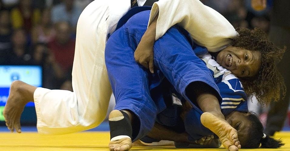Brasileira Rafaela Silva luta contra cubana Yurisleidys Lupetey e acaba em pose constrangedora com a rival durante a disputa do judô no Pan (28/10/2011)