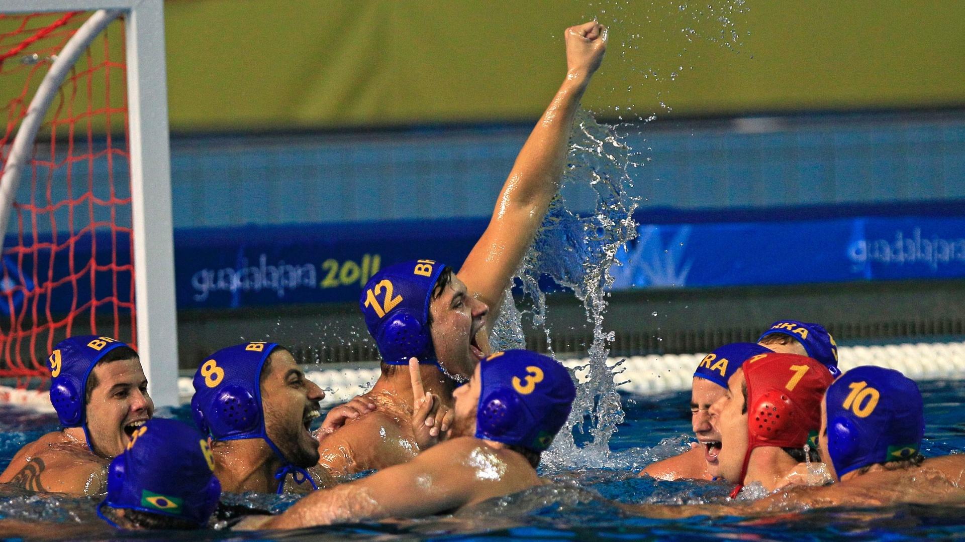 Brasileiros comemoram o bronze no pólo aquático, depois da vitória sobre Cuba por 14 a 7 (29/10/2011)