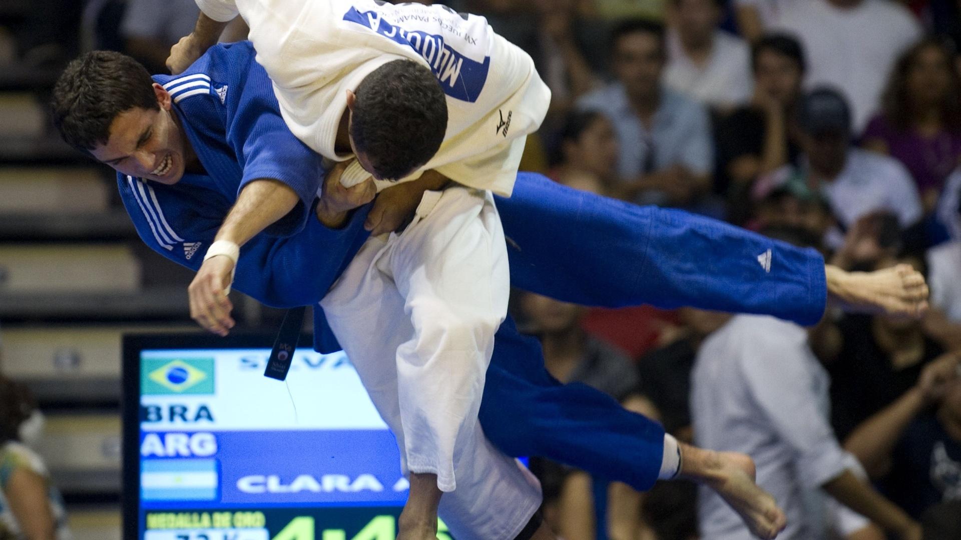 Bruno Mendonça, de branco, derruba o argentino Alejandro Clara na final da categoria até 73 kg