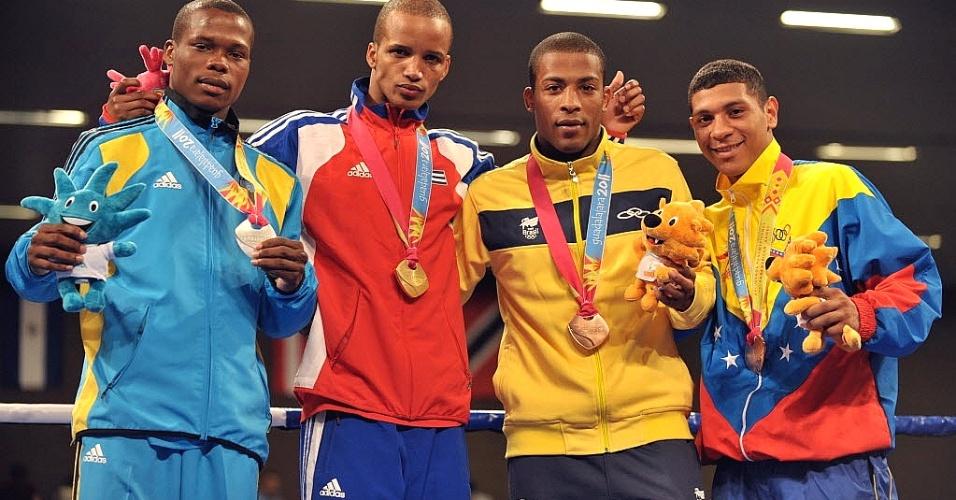 Campeão mundial, Everton Lopes (de amarelo) recebe a medalha de bronze por sua participação no Pan de Guadalajara (28/10/2011)