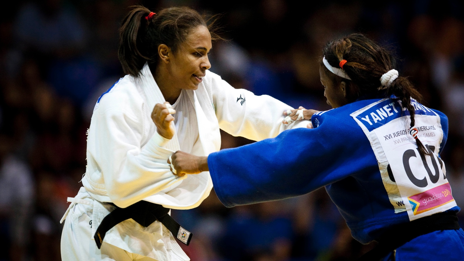 Érika Miranda (de branco) perdeu para a cubana Yanet Bermoy na final do judô e ficou com a prata (29/10/2011)