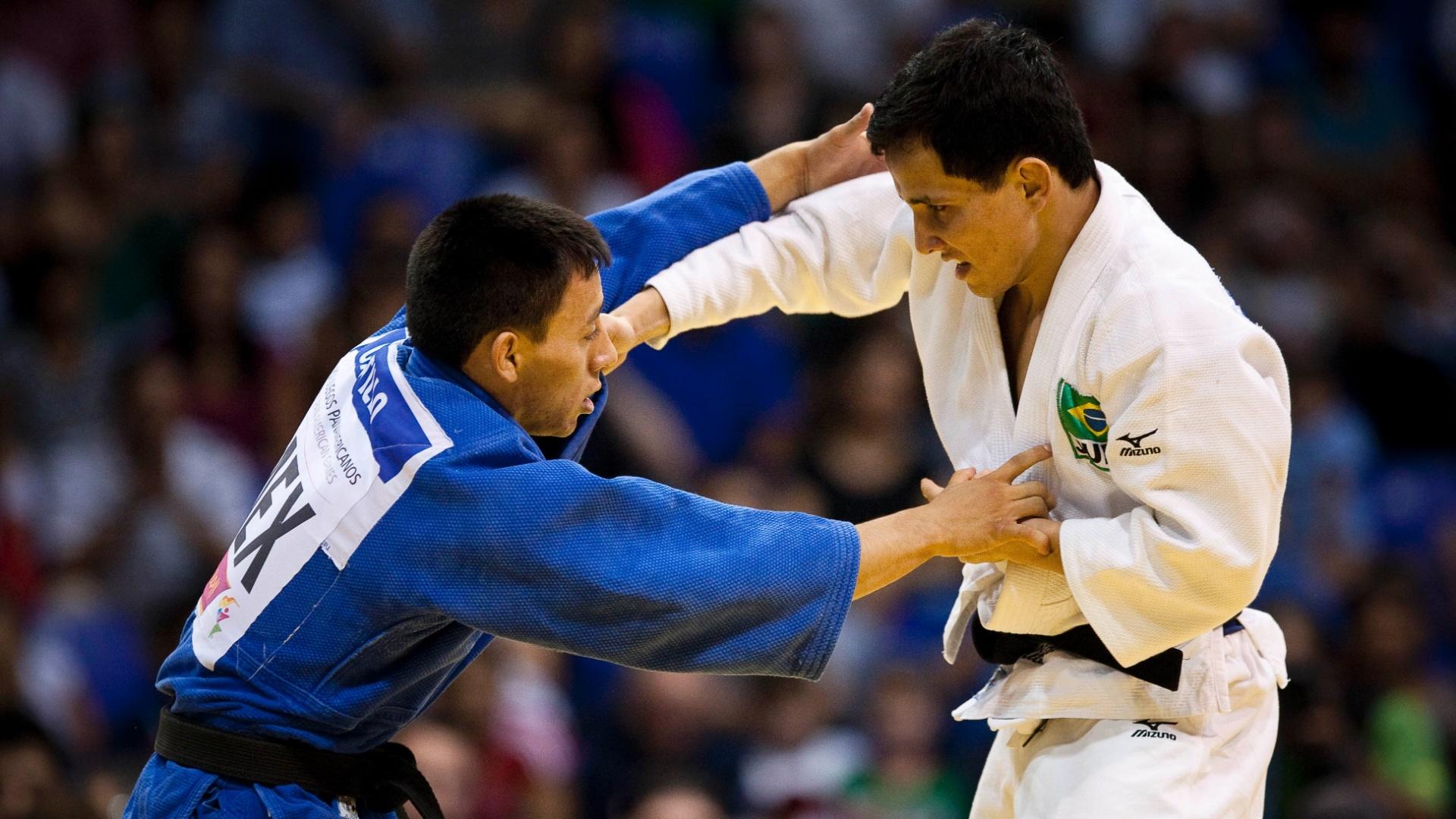 Felipe Kitadai (de branco) levou o ouro no judô, categoria até 60kg (29/10/2011)