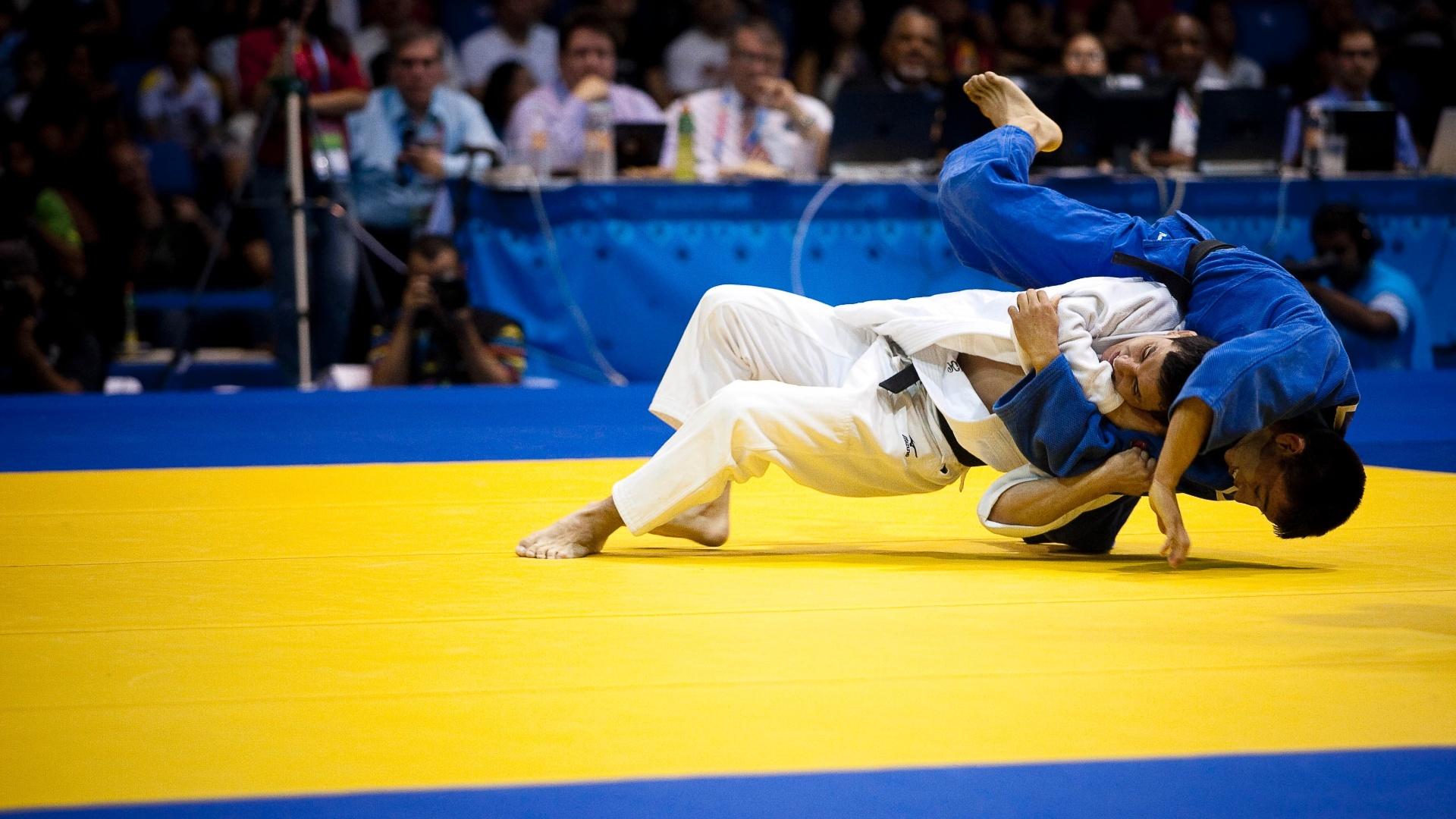 Felipe Kitadai (de branco) venceu a final por ippon e ficou com o ouro no judô (29/10/2011)