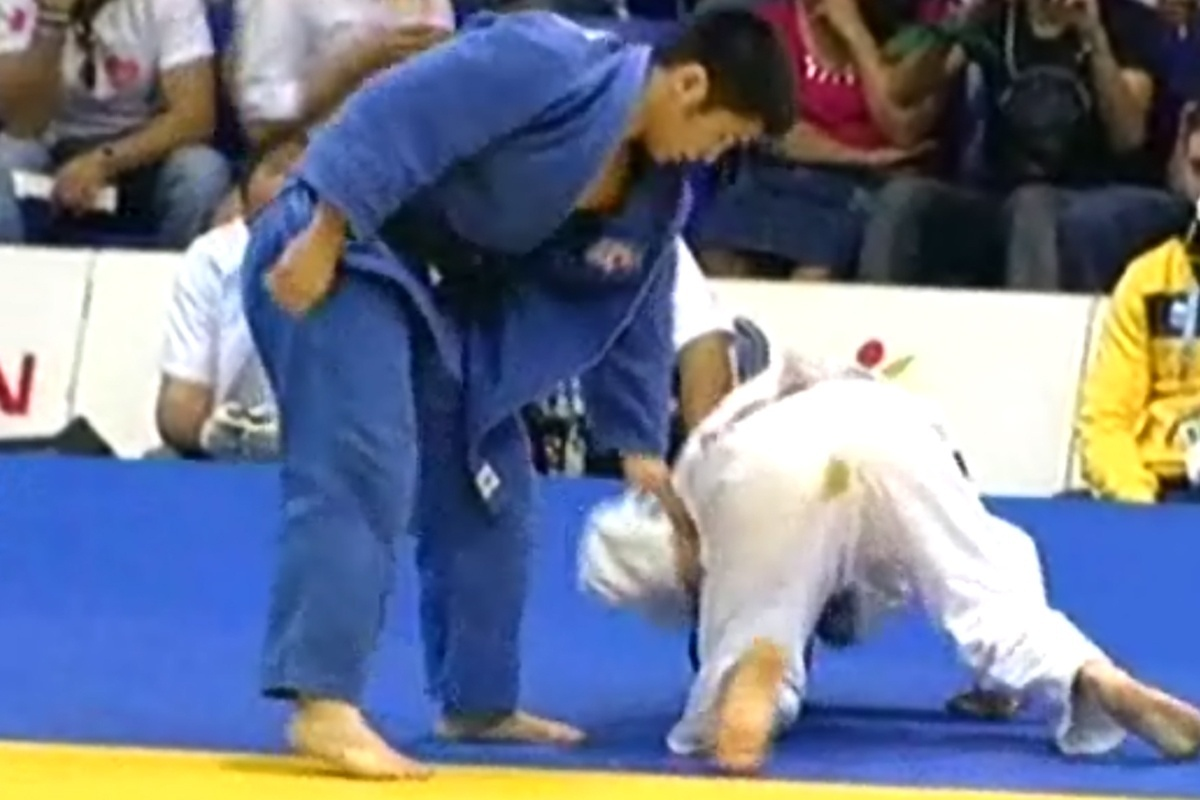 Felipe Kitadai (de branco) sofreu com problemas intestinais durante sua luta de semifinal no judô (29/10/2011)