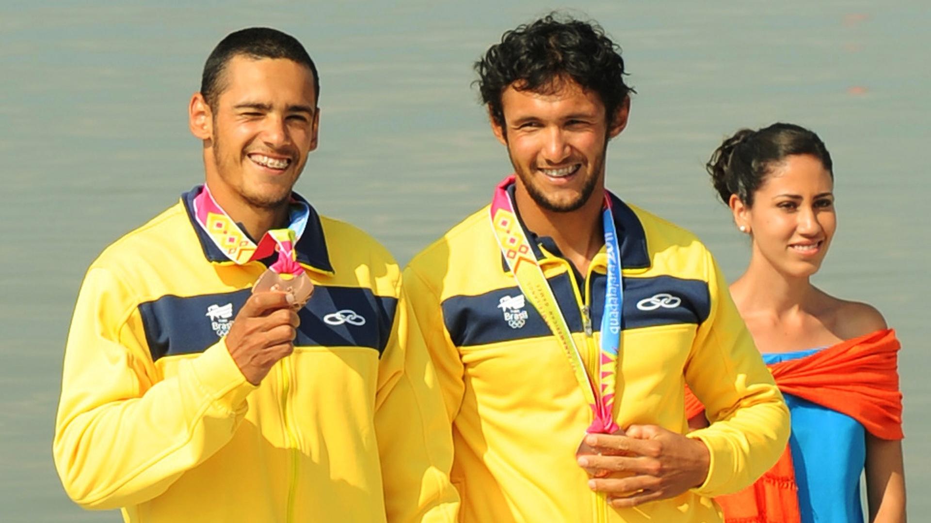 Gilvan e Givago Ribeiro exibem o bronze da prova do K2 200 m em Guadalajara (29/10/2011)