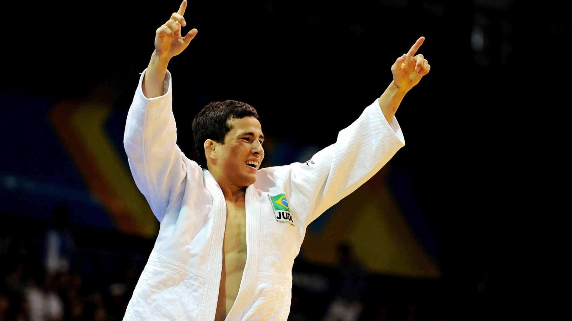 Judoca Felipe Kitadai comemora classificação para a decisão da medalha de ouro na categoria até 60 kg (29/10/2011)