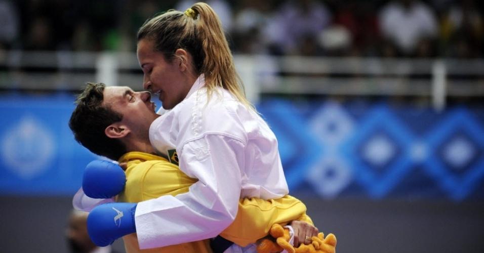 Lucélia Ribeiro recebe o abraço do marido, Douglas Brose, após conquistar a medalha de ouro no caratê (28/10/2011)