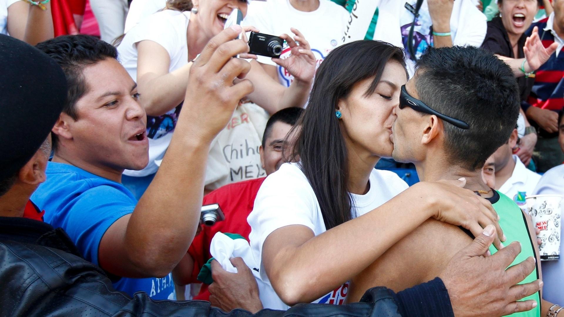 Mexicano Horacio Nava beija sua namorada Monica após vencer a prova da marcha atlética (29/10/2011)