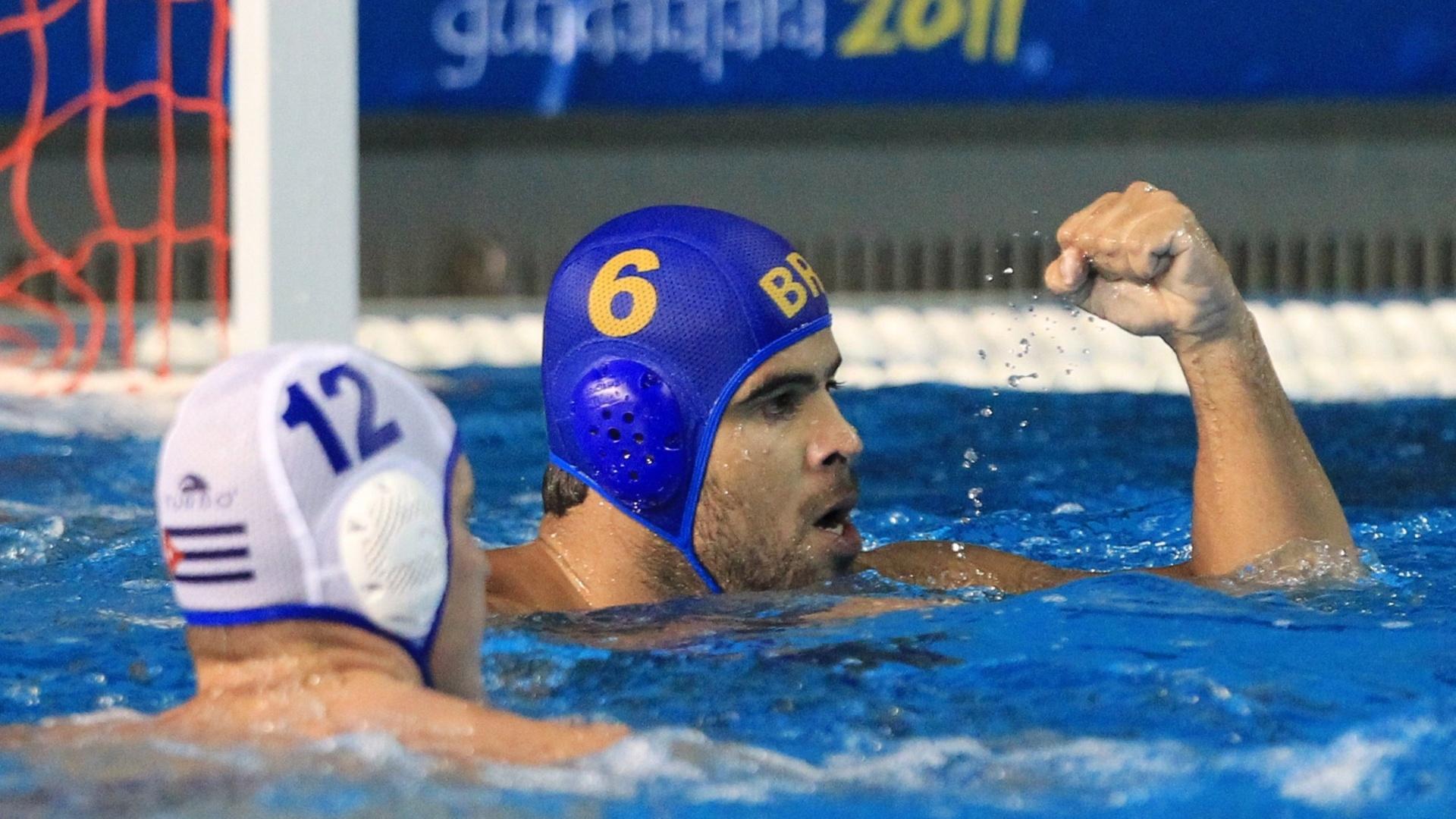O brasileiro Gabriel Rocha comemora um dos gols marcados contra Cuba na disputa do bronze no polo aquático