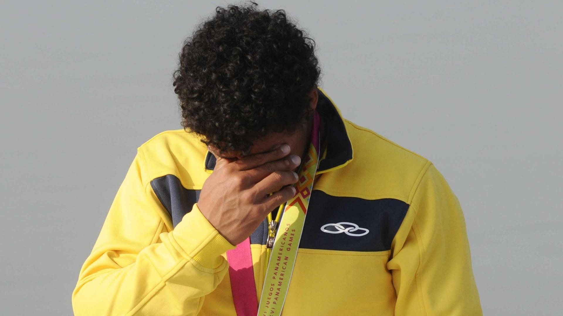 O brasileiro Nivalter Santos se emociona ao receber a medalha de prata na categoria C1 200 m, da canoagem (29/10/2011)