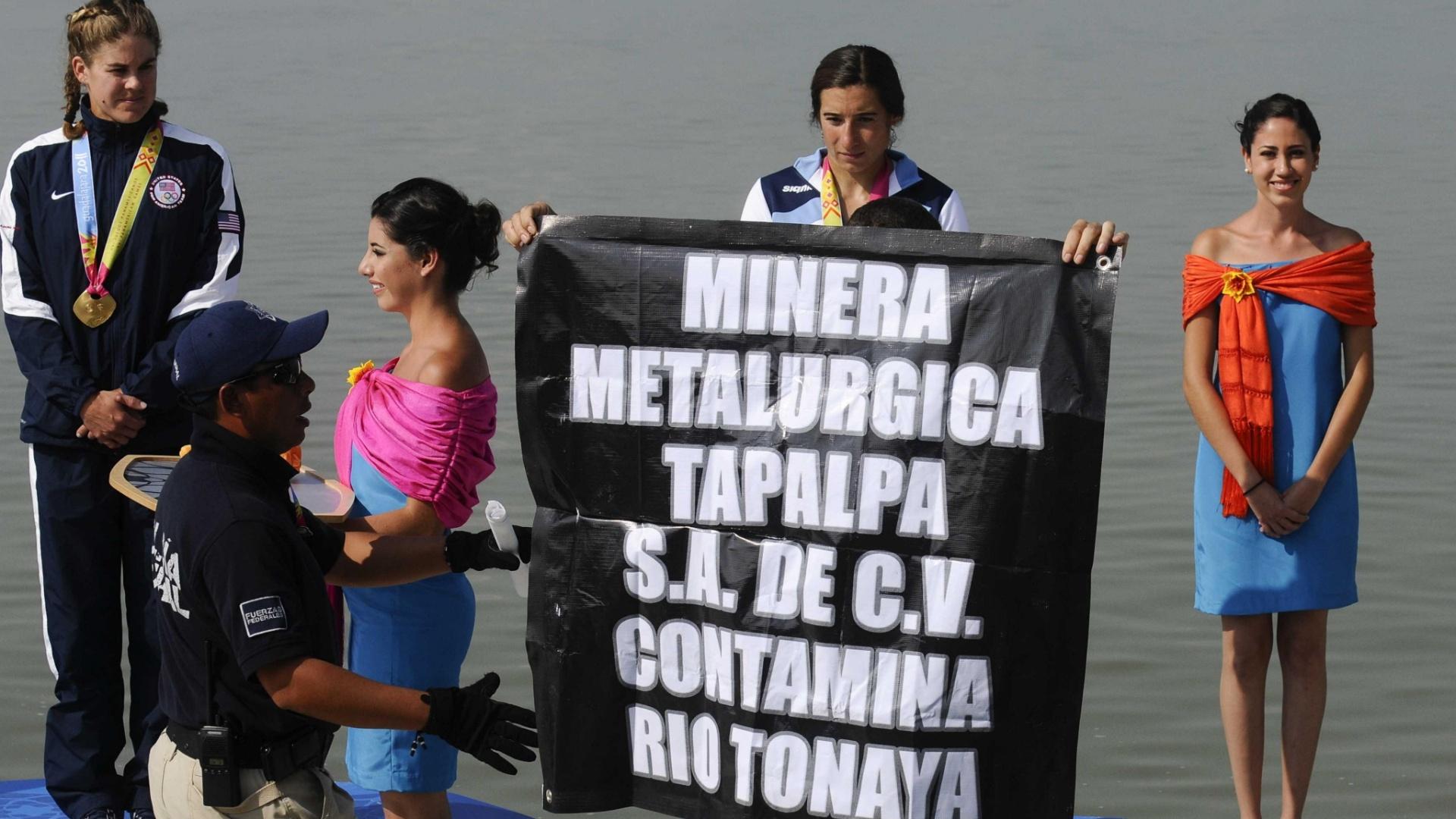 Polícia retira manifestante que atrapalhou premiação da canoagem no Pan (29/10/2011)