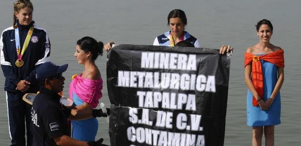 Polícia retira manifestante que atrapalhou premiação da canoagem no Pan
