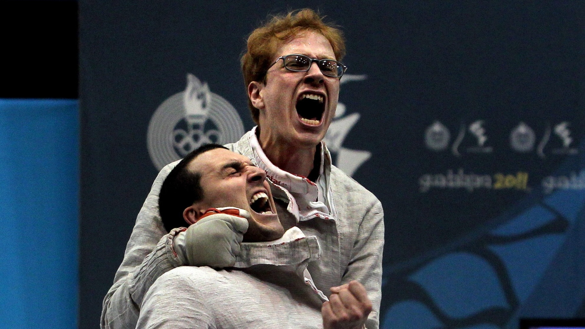Renzo Agresta e William Zeytounlian vibram com o bronze no sabre por equipes (29/10/2011)
