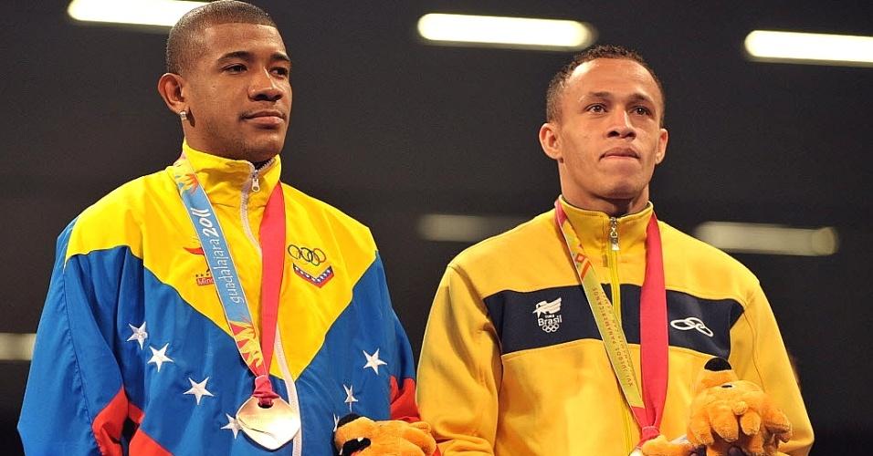Robenílson de Jesus recebe a medalha de bronze por sua participação no boxe no Pan-2011 (28/10/2011)