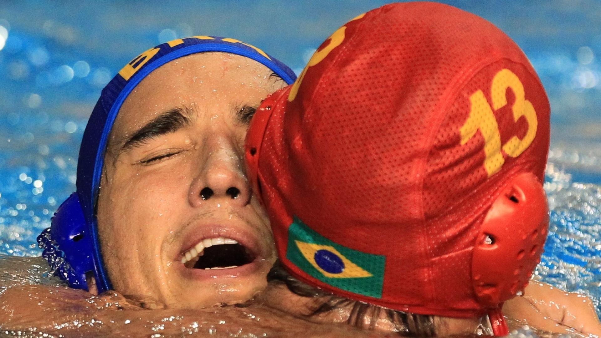 Rudá Franco (de azul) e Marcelo Chagas comemoram o bronze no pólo aquático (29/10/2011)