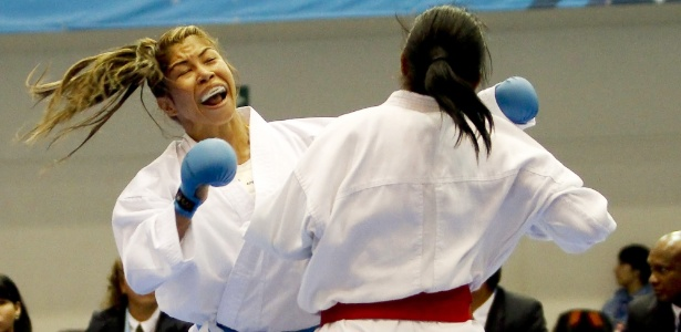 Valeria Kumizaki (E) não passou da semifinal no caratê até 55 kg