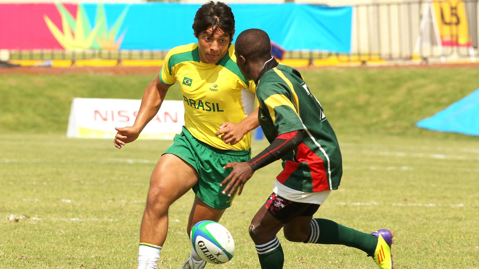 Brasileiro disputa bola com rival da Guiana no último jogo do rúgbi brasileiro no Pan; seleção foi sétima na competição