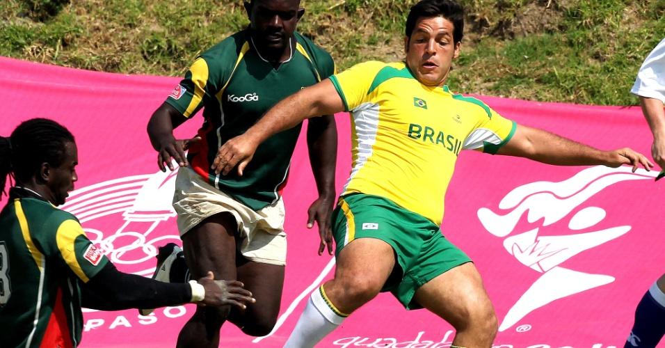 Brasileiro tenta chute durante a vitória contra a Guiana, que deu a sétima colocação ao rúgbi no Pan