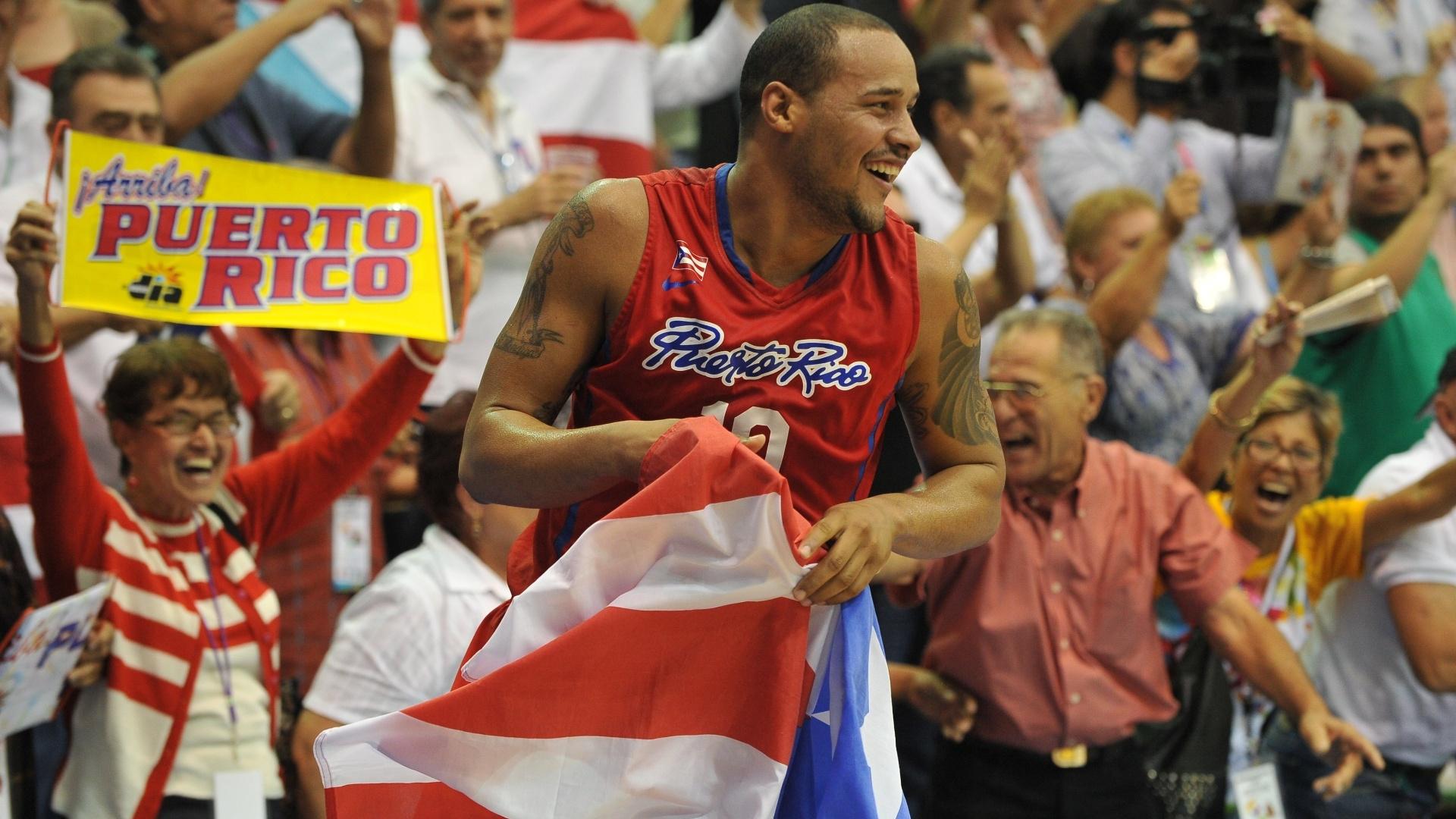Gabriel Colon comemora com a bandeira de Porto Rico após a conquista do ouro no basquete masculino do Pan (30/10/2011)