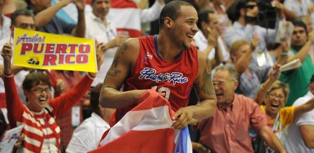 Gabriel Colon comemora com a bandeira de Porto Rico após a conquista do ouro no Pan