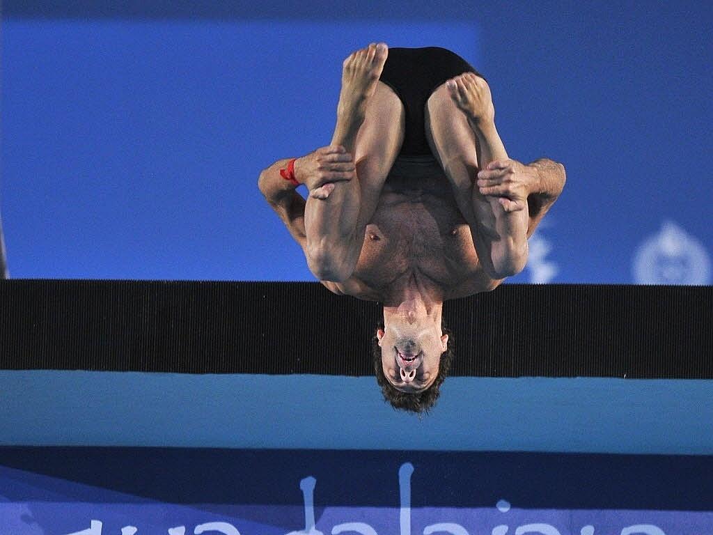 Hugo Parisi realiza movimento no último dia de disputas dos saltos ornamentais; ele foi sexto na plataforma de 10 m (29/10/2011)