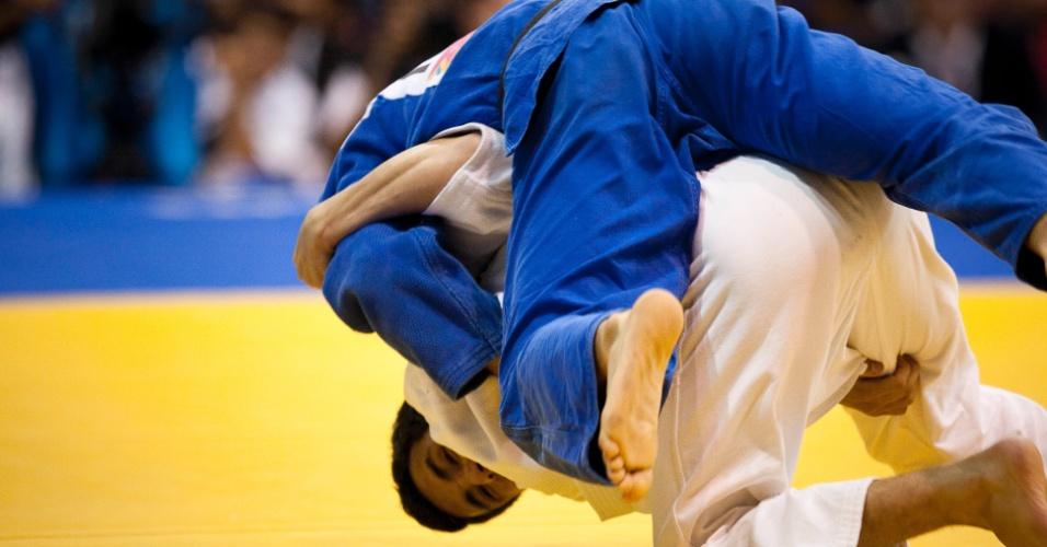 Judoca brasileiro Felipe Kitadai vence o mexicano Nabor Castillo para ficar com o ouro em Guadalajara na categoria até 60 kg (29/10/2011)