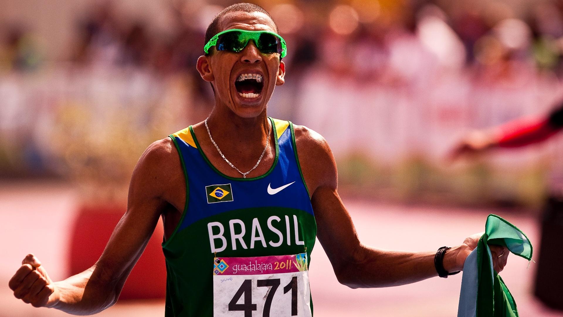 O brasileiro Solonei Silva comemora após vencer a maratona no Pan (30/10/2011)