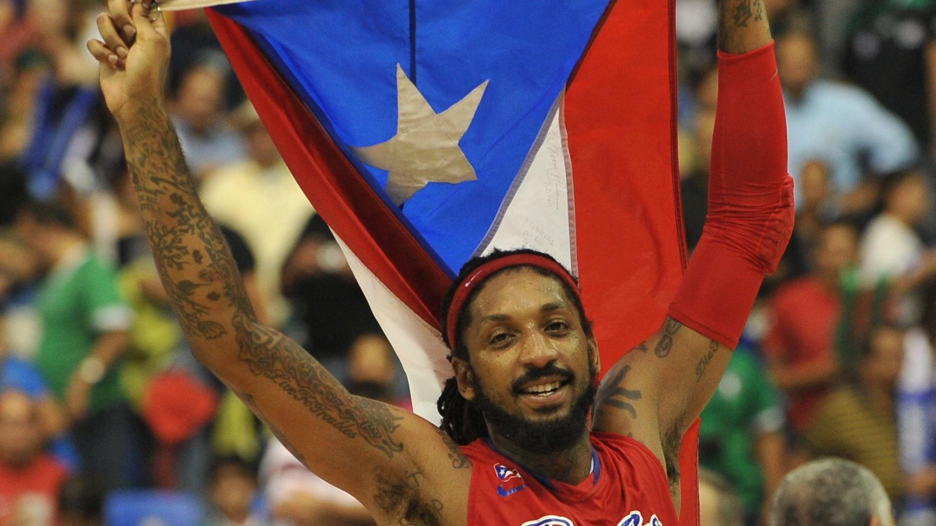 O porto-riquenho Renato Balkman exibe tatuagens durante a comemoração da conquista da medalha de ouro no basquete