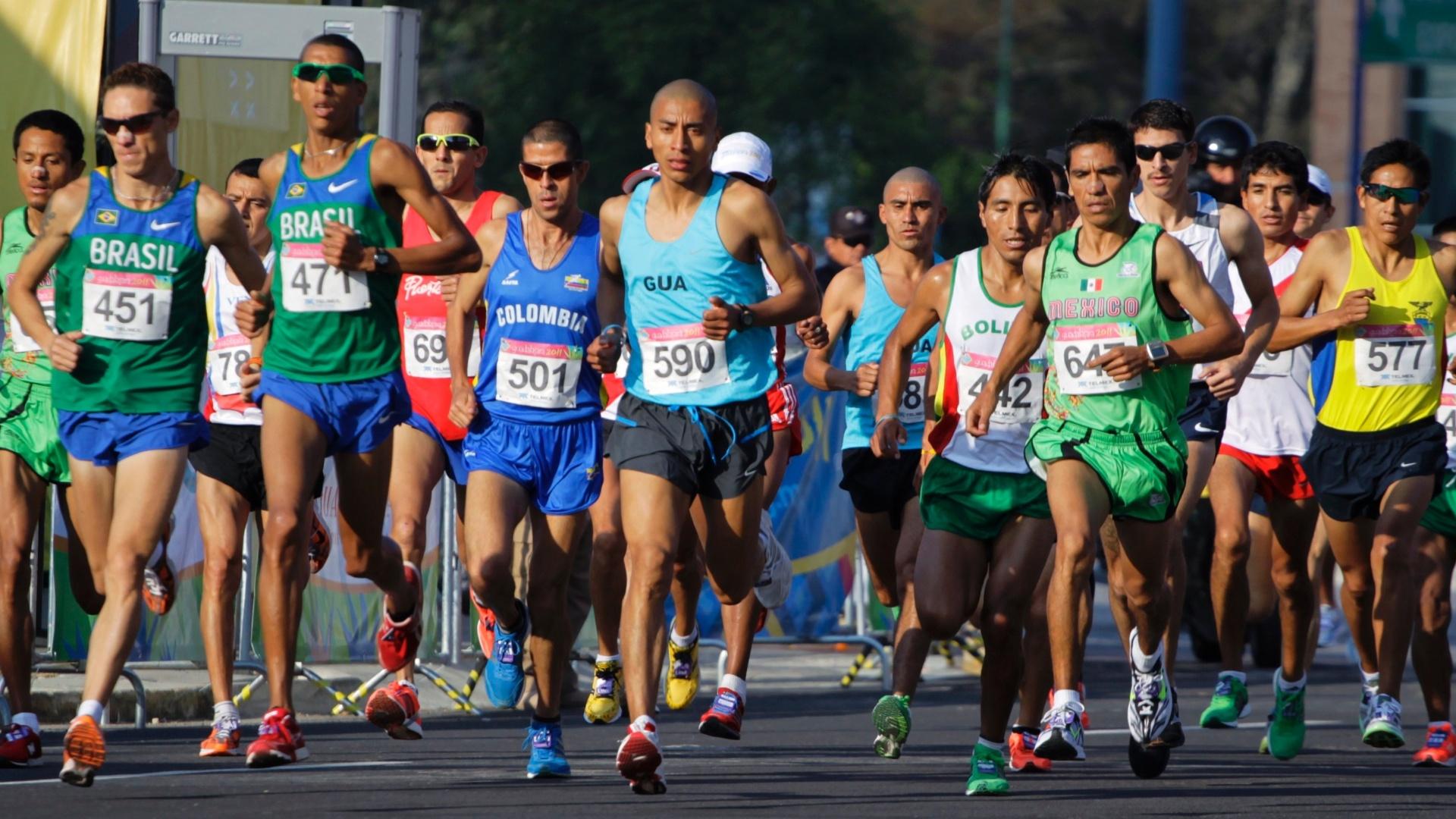 Os brasileiros Jean Carlos (esq) e Solonei da Silva durante a disputa da maratona nos Jogos Pan-Americanos de Guadalajara (30/10/2011)