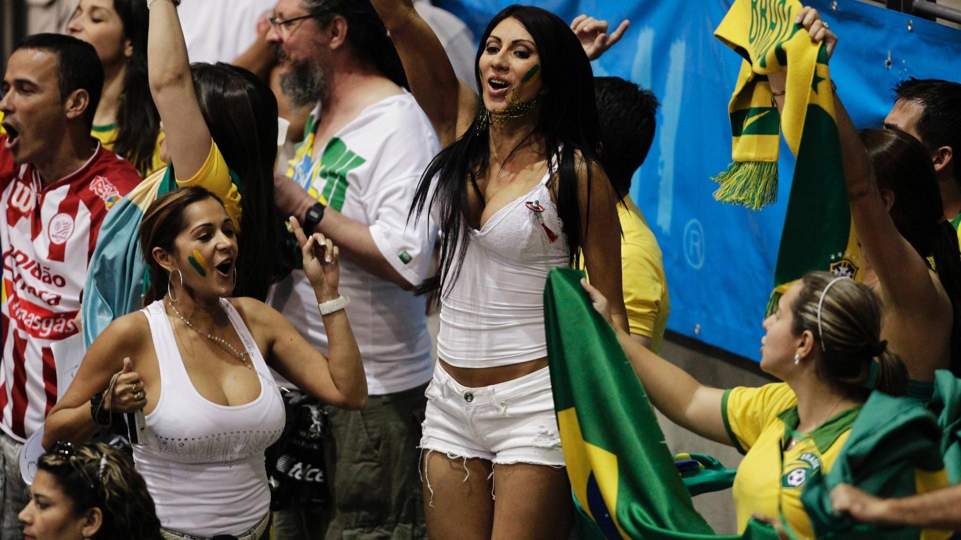 Torcedora comemora a vitória do Brasil sobre Cuba no vôlei masculino