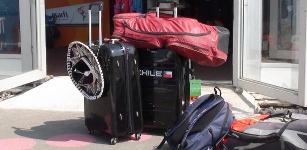 """A porta da loja oficial, dentro da Vila, virou um """"estacionamento"""" de malas"""