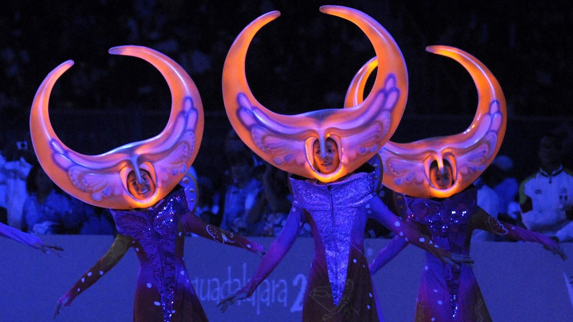 Artistas fazem performance durante festa de encerramento do Pan-Americano no México (31/10/2011)