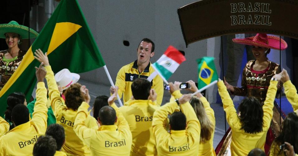 Diego Hypolito comanda festa brasileira na cerimônia de encerramento do Pan-2011 (31/10/2011)