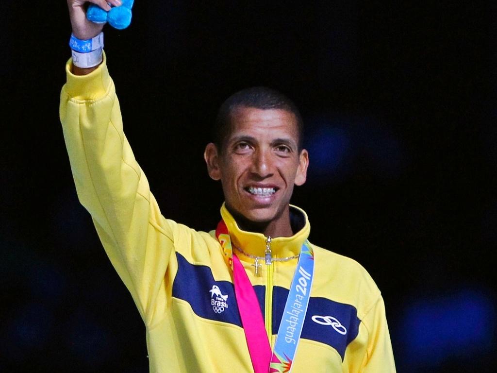 Maratonista Solonei Silva agradece aplausos após receber medalha de ouro (31/10/2011)