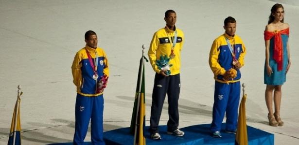 Solonei Rocha recebe a medalha de ouro na cerimônia de encerramento do Pan, por sua vitória na maratona do Pan