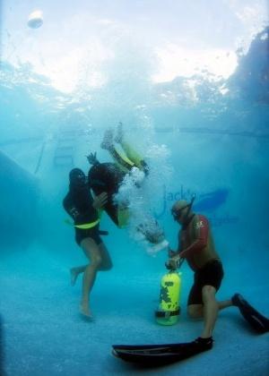Brasileira Maya Gabeira treina apneia em piscina após sofrer susto em etapa das ondas gigantes no Taiti