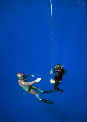 Maya Gabeira pratica mergulho livre para desenvolver respiração para sua atividade nas ondas grandes