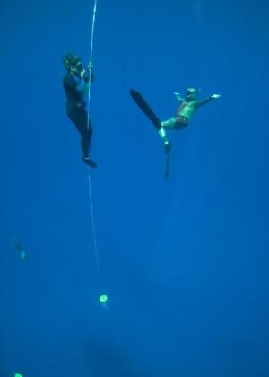 Maya Gabeira pratica mergulho livre para levar conhecimento a sua atividade no circuito de ondas grandes