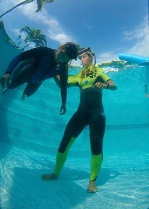 Surfista Maya Gabeira encara treinos de apneia estática em piscina