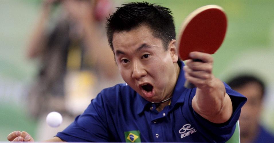 O mesa-tenista Gustavo Tsuboi rebate a bolinha em jogo na Olimpíada de Pequim