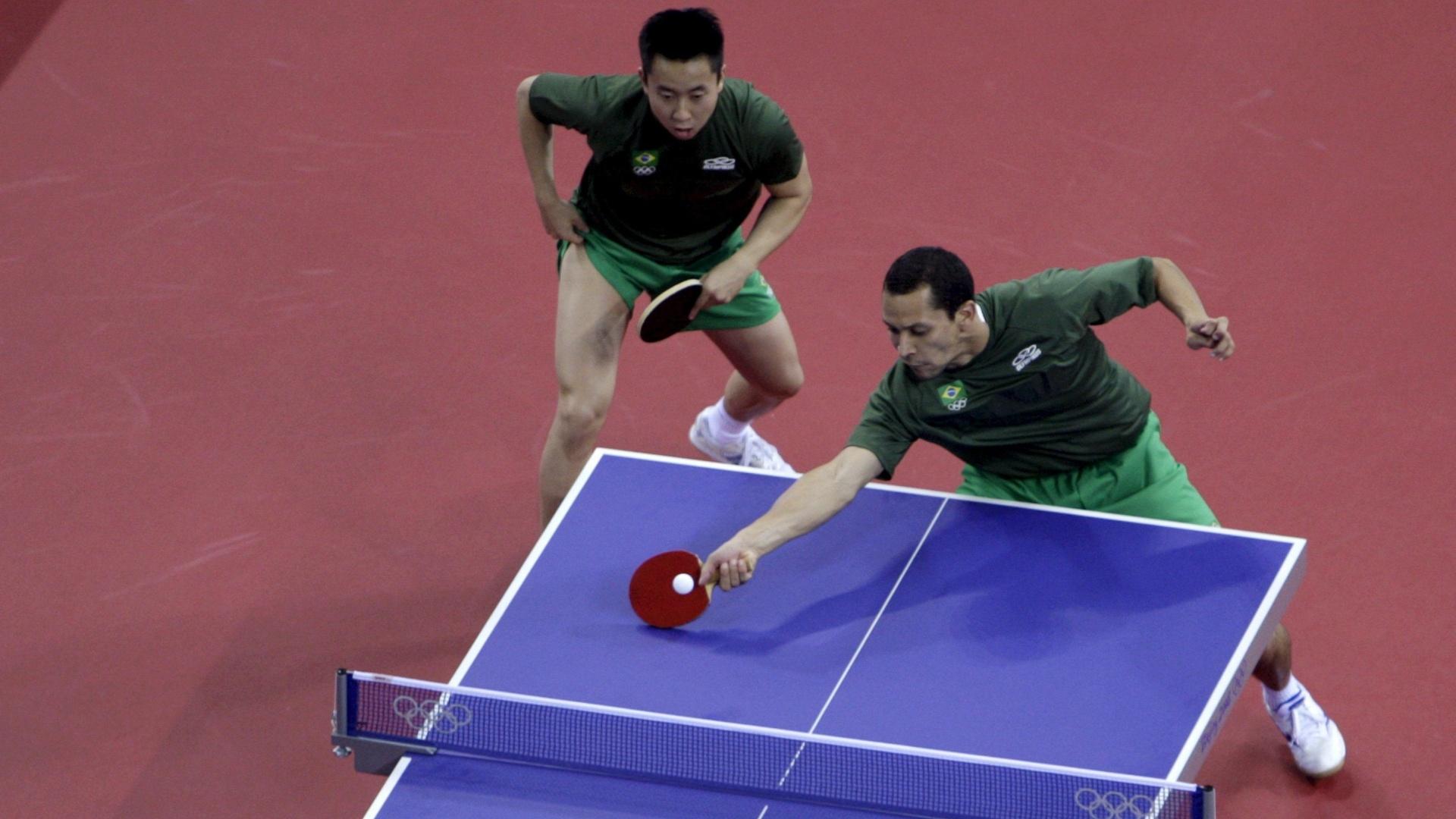 Thiago Monteiro (dir.) e Gustavo Tsuboi (esq.) em partida nos Jogos Olímpicos de Pequim