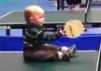Blog: Bebê de um ano e meio dá show no ping pong e vira celebridade na internet; assista - Reprodução de TV