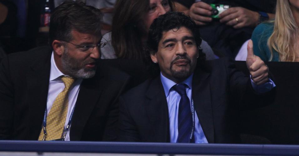 Diego Maradona acompanha vitória de Novak Djokovic sobre Tomas Berdych em Londres