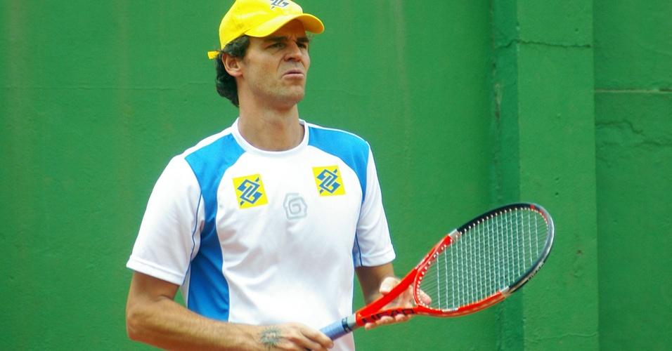 Gustavo Kuerten treina em Florianópolis para a partida contra Andre Agassi