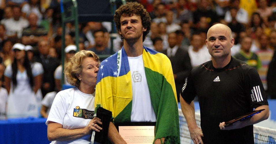 Ao lado da mãe, Guga se emociona depois de vencer Andre Agassi em exibição no Rio de Janeiro